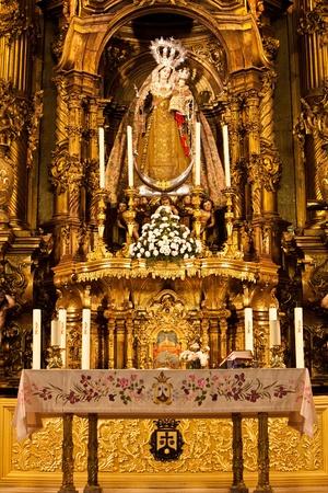 vierge marie: int�rieur de l'�glise avec la Vierge Marie belle image