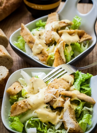 ensalada cesar: fresca ensalada C�sar en un taz�n con queso parmesano Foto de archivo