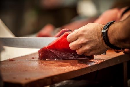 visboer: snijden verse rauwe rode tunna op visboer