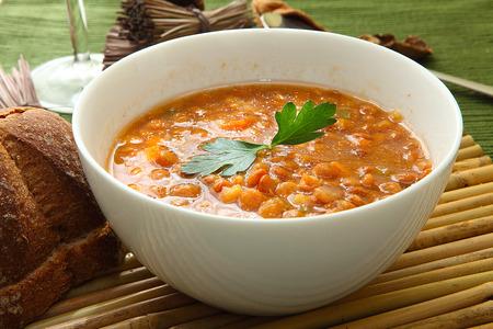 レンズ豆のスープにパセリの白いボウル