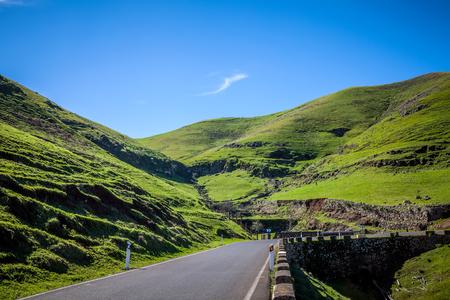 wonderfull: camino maravilloso en el medio de las colinas verdes