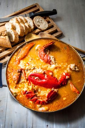 새우와 토마토 소스와 함께 전통적인 해산물 쌀 스톡 콘텐츠