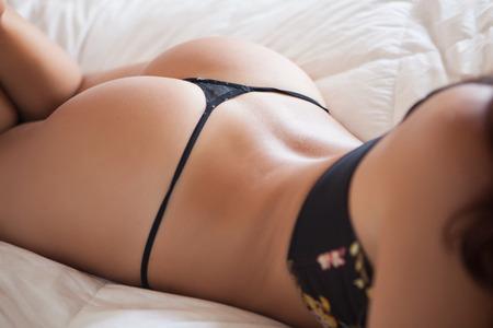 fesses black: Femme de retour avec lingerie sensuelle en noir Banque d'images