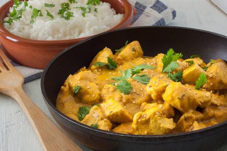 Butter Chicken Curry mit Basmati-Reis und Koriander.