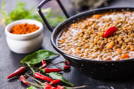레드 핫 칠리 페 퍼와 인도 스타일 렌즈 콩 스프