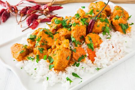 Curry de coco de pollo con pimienta de chile rojo caliente y arroz Foto de archivo