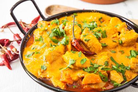 arroz: Curry de coco de pollo con pimienta de chile rojo caliente y arroz Foto de archivo