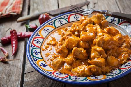 Curry de pollo tikka masala con arroz basmati en cuenco decorado Foto de archivo - 43142873