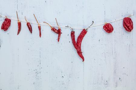 chiles secos: algunos tipos de pimientos picantes en cuerda para el secado