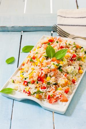 ejotes: Saludable arroz apetitosa con los vehículos en un tazón blanco sobre un fondo de madera.