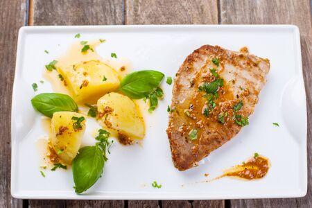 albahaca: filete de atún fresco a la parrilla servido con patatas y salsa de pimentón