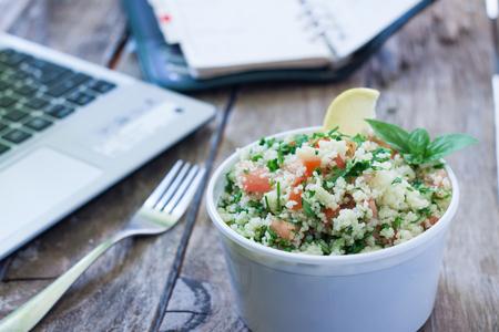 lunch: La alimentaci�n saludable para el almuerzo al trabajo. La comida en la oficina Foto de archivo