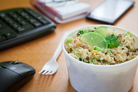 ワーキング デスクにヘルシーな野菜ランチ ボックス 写真素材