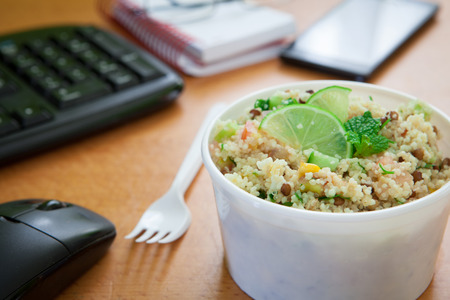 Boîte à lunch végétarienne saine sur le bureau de travail Banque d'images - 66367157