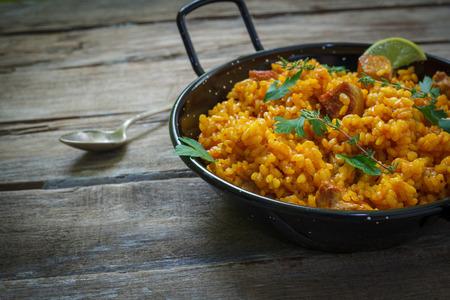 냄비에 chichen와 고기와 함께 전통적인 스페인어 빠에야 쌀
