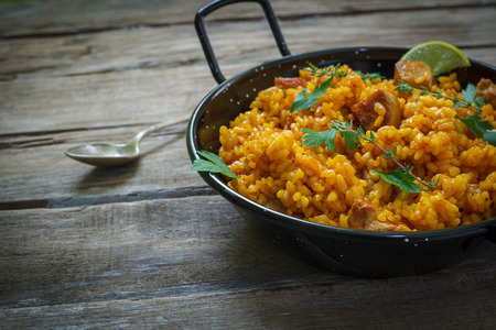 hagyományos spanyol paella rizs Chichen és húst serpenyőben