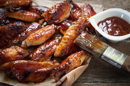 오븐 트레이 핫 바베큐 닭 날개 스톡 콘텐츠