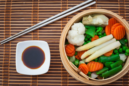 assorted steamed vegetables prepared on bambu steamer Imagens