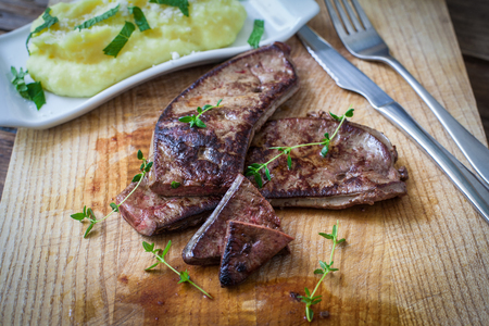 fresh veal liver with herbs and mashed potato Foto de archivo