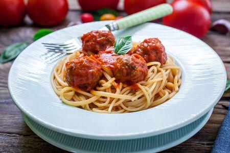 espaguetis italianos caseros con albóndigas en salsa de tomate