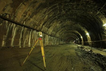teodolito: Theodolite inside the tunnel