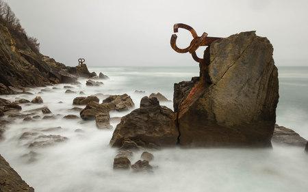 Combing the sea breeze sculpture, San Sebastian, Spain 스톡 콘텐츠