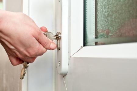 Hand Sperren eine Tür Lizenzfreie Bilder