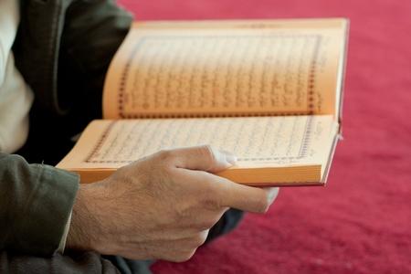 quran: Hombre leyendo el Cor�n Foto de archivo
