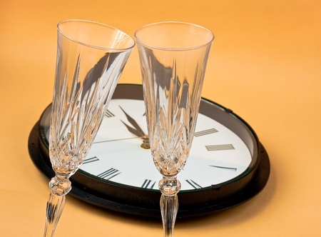 lang: clock with champagne flutes