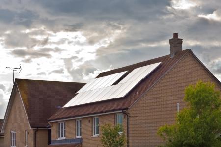 Sonnenkollektoren auf ein modernes Haus in England Lizenzfreie Bilder