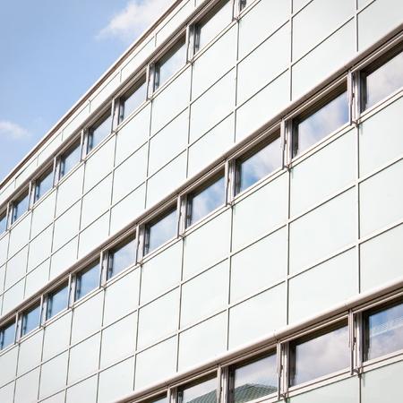 Nahaufnahme von einem hochmodernen Gebäude vor einem strahlend blauen Himmel Lizenzfreie Bilder