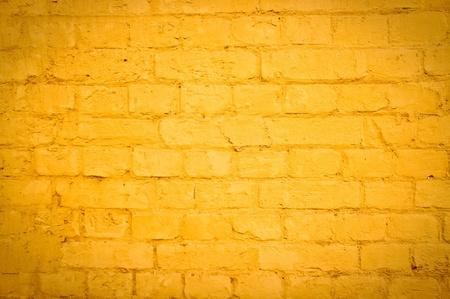 Leuchtend gelben Ziegelmauer als Hintergrundbild mit Vignette Lizenzfreie Bilder