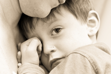 ni�os tristes: Buena imagen de un ni�o peque�o malestar abrazos a su madre Foto de archivo