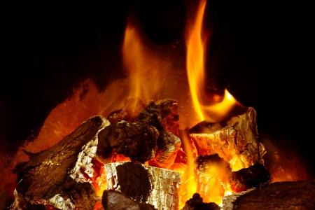 chemin�e gaz: Un feu de bois br�lant avec des braises
