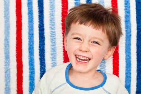 A cute vier Jahre alten Jungen lachen Lizenzfreie Bilder