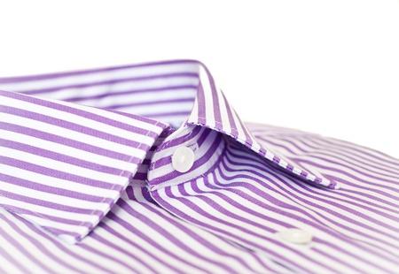 Primer plano del cuello de la camisa de un hombre formal, de