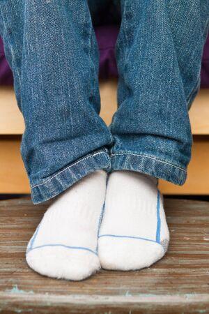 Nahaufnahme eines Childs Füße mit weißen Socken Lizenzfreie Bilder