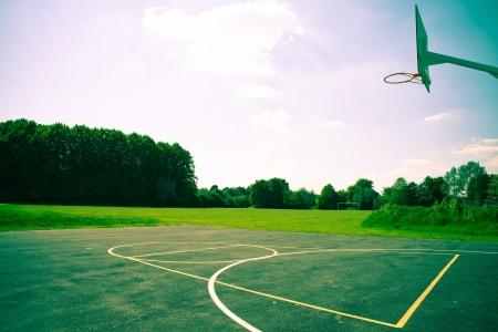 Ein Basketballplatz in auffallendem dramatischen Farben