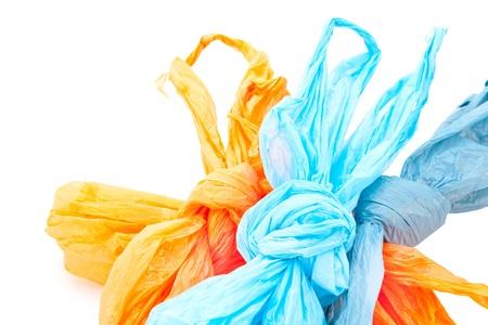 recyclage plastique: Sacs en plastique utilis�s sur un fond blanc