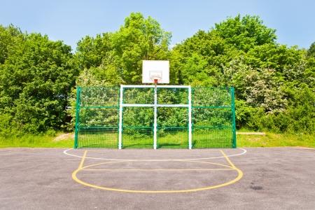 terrain de basket: Un terrain de basket moderne au Royaume-Uni