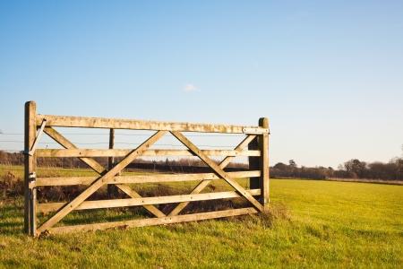Ein offenes Tor auf Ackerland in England