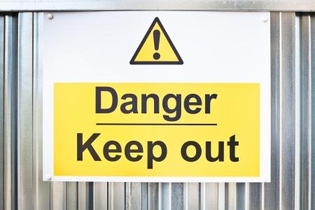 señales de seguridad: Una señal de peligro en una obra de construcción Foto de archivo