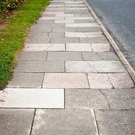 grass verge: Dettagli di un marciapiede tra una strada e un ciglio erboso verde