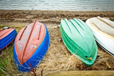 beach shingle: Colorate barche a remi upturened su una spiaggia di ciottoli