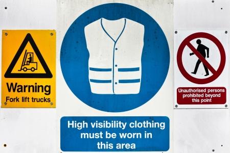 señales de seguridad: Señales de advertencia de salud y seguridad en una obra en construcción