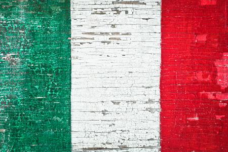 italian flag: Los colores de la bandera italiana pintada en un fondo de madera desgastada