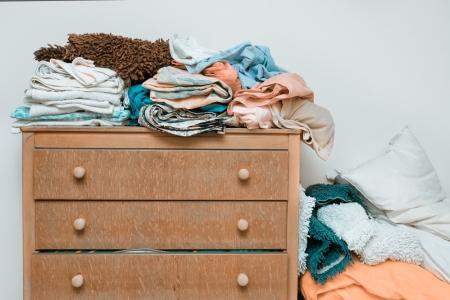 chambre � coucher: Piles de linge de lit sur une commode en bois