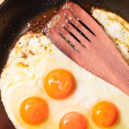 antiaderente: Quattro uova che sono fritti in una padella antiaderente