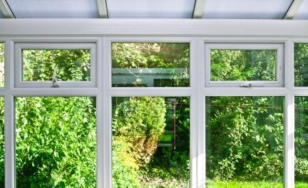 Moderne Wohnwintergarten-Fenster mit Blick auf den Garten