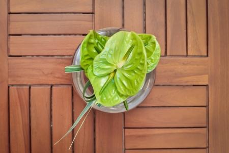 phallic: Flores tropicales en una superficie de madera en el spa